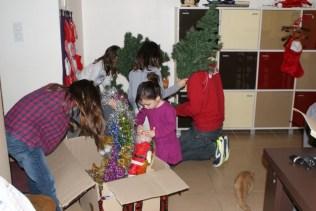 Tout le monde se met au sapin de Noël