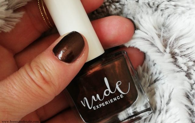mes ongles avec le Vernis Bucket Nude experience