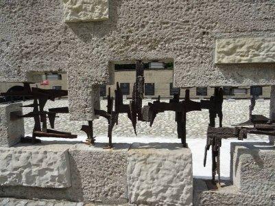 Ancienne prison des prisonniers politiques (200 morts) torturés par la Gestapo.