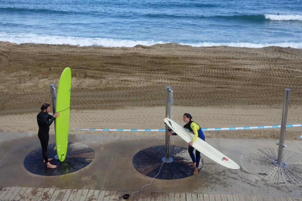 les-exploratrices-barcelone-barceloneta-surfers