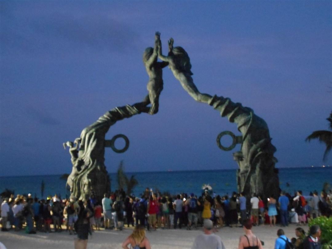 Le-Portal-maya-de-playa-del-carmen-de-nuit