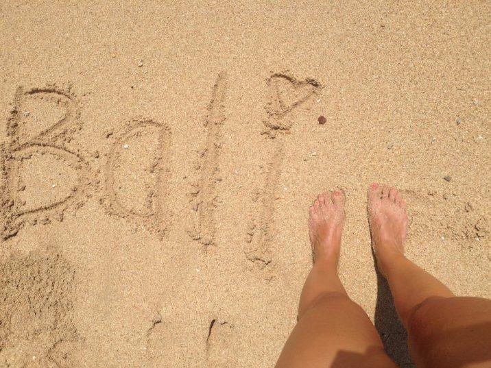 écrire dans le sable de bali