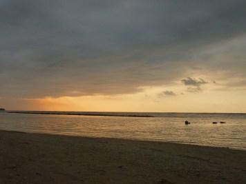 une plage de gili air au moment du coucher de soleil