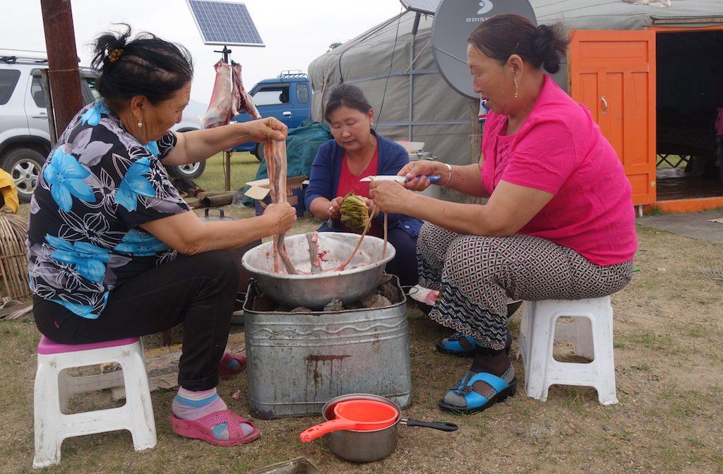 mongolie-famille-nomade-femmes-cuisinent