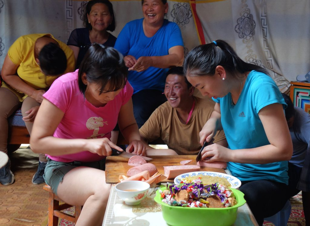 mongolie-famille-nomade-repas-yourte