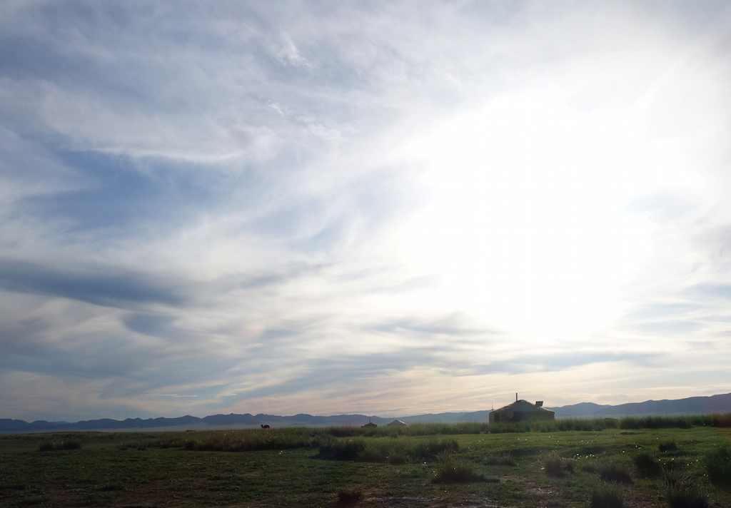 mongolie-famille-nomade-yourte-prairie