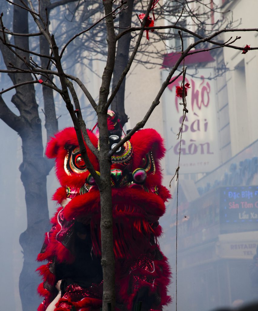 le-quartier-chinois-paris-le-dragon-derriere-arbre