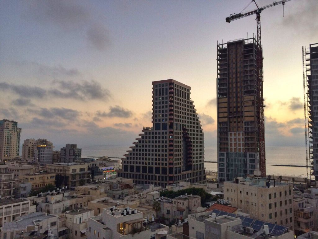 les-exploratrices-tel-aviv-israel-building-sunset