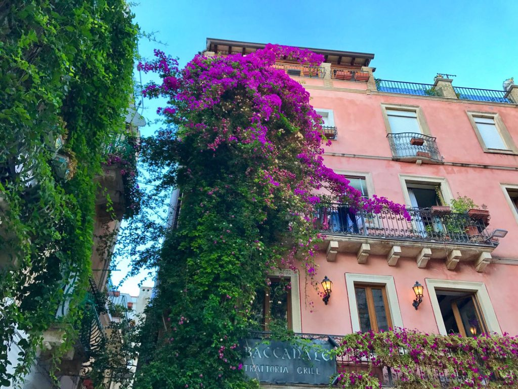 les-exploratrices-roadtrip-en-sicile-taormina-facade-coloree