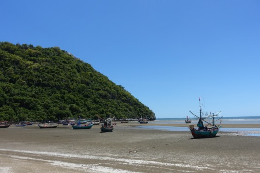hua-hin-khao-Kalok-beach-maree-basse-bateaux