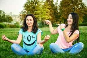 stage atelier yoga du rire evjf anniversaire original agence les feetardes