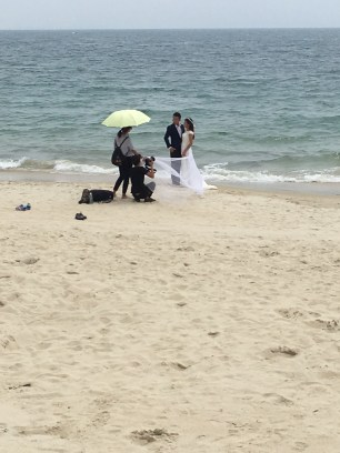 Des dizaines de couples étaient là pour leurs photos de mariage