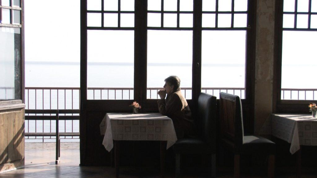 La salle du restaurant de l'hôtel années 30 Belvédère du Rayon Vert à Cerbère. Image du film Cerbère, produit par Ménage a trois productions, réalisé par Olivier Moulaï