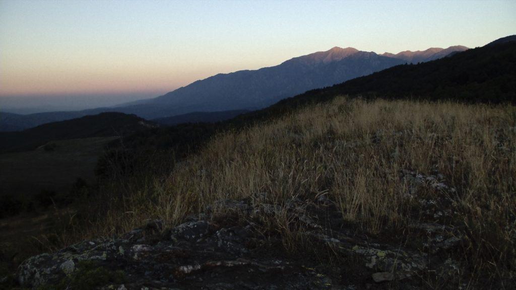 Le massif Canigou à la tombée de la nuit depuis Escaro. Image du film Le Fond et le Jour, réalisé par Olivier Moulaï, atelier cinéma de territoire, Ciné-Rencontres de Prades