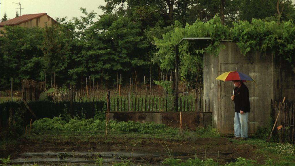 Le jardin familial du Haut-Vernet sous l'averse de printemps. Image du film Le temps du jardin, réalisé et produit par Olivier Moulaï, résidence Occit'Avenir au Lycée Maillol Perpignan