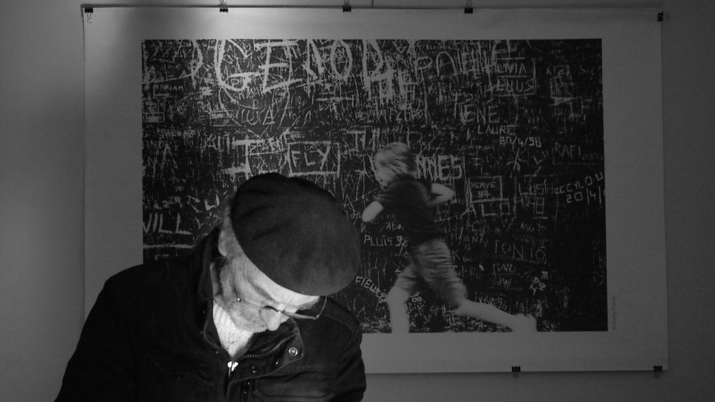 Le photographe Pierre Parcé dans son atelier de Banyuls sur Mer. Image du film Pose T, réalisé par Olivier Moulaï.
