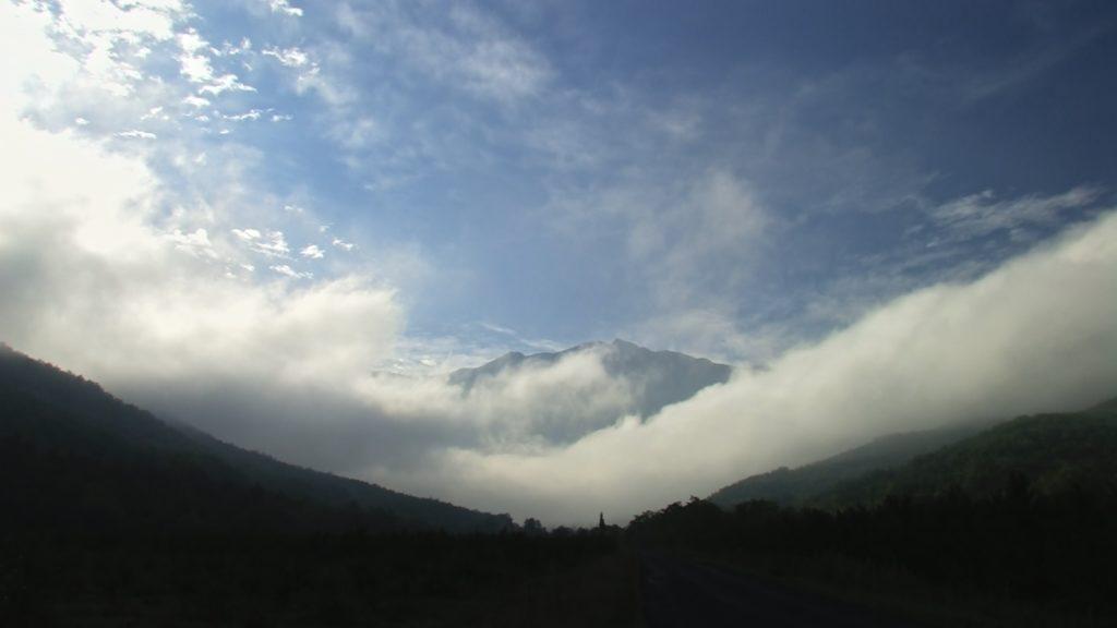 Le massif Canigou dans la brume matinale. Image du film Renaissance réalisé et produit par Olivier Moulaï, financement participatif touscoprod