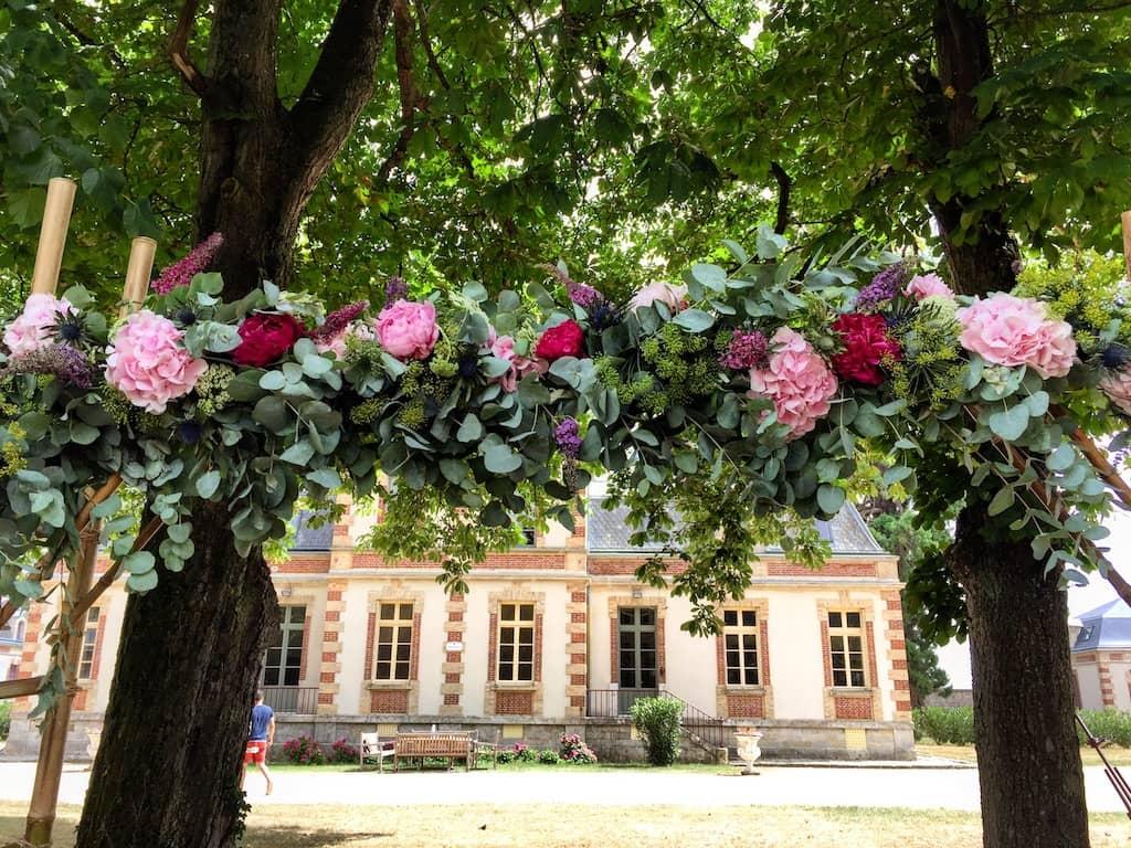 ceremonie-mariage-arche-rose-campagne