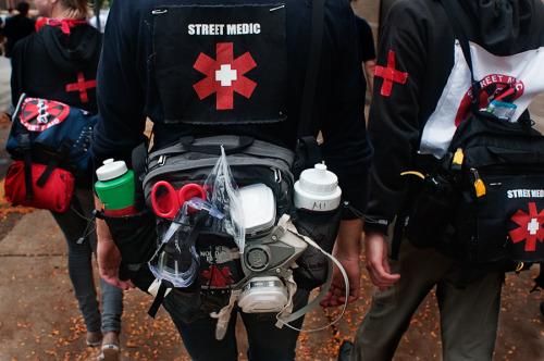 A Paris, des Français de Suisse au chevet des manifestants – les Street Medic