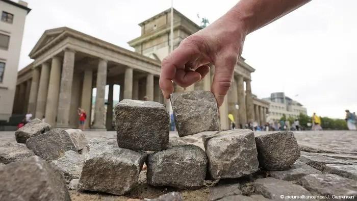 Le DAU : une manifestation d'un nouveau type, changeant de jour en jour et de ville en ville= Paris/Londres/Berlin.