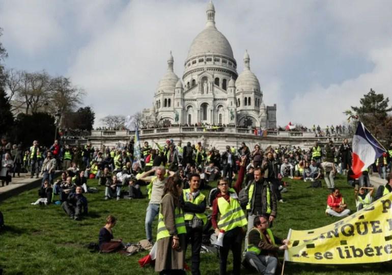 """""""Gilets jaunes"""": mobilisations dans le calme à Paris, tensions en région"""
