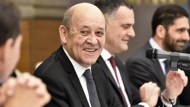 «À partir de demain, toutes les personnes qui viennent de l'étranger hors Union européenne pourront demander une quatorzaine sur la base du volontariat.» Le Ministre des affaires étrangères, Le Drian, lors de sa conférence.
