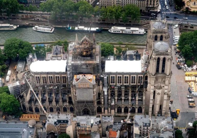 """""""Le président a fait confiance aux experts et préapprouvé dans les grandes lignes le projet présenté par l'architecte en chef (Philippe Villeneuve), qui prévoit de reconstruire la flèche à l'identique"""", a précisé l'Elysée."""