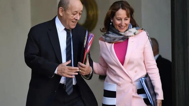 «Pompili très bien, c'est quand même mieux que l'autre folle de Ségo», aurait réagi par message Jean-Yves Le Drian, croyant répondre au président de la République, alors qu'il s'adressait en fait son SMS à la principale intéressée, Ségolène Royal.