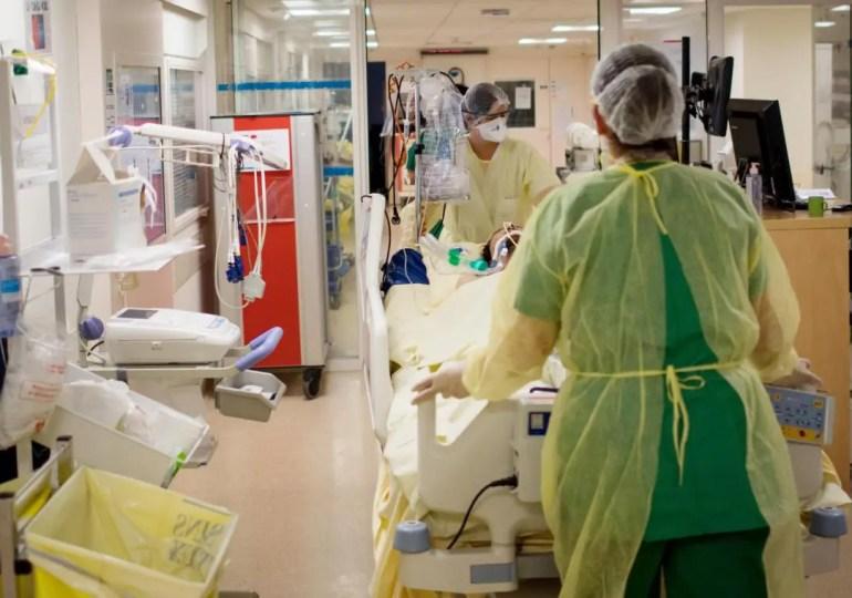 """Dans un entretien accordé au Parisien, le professeur Xavier Lescure, chef de service adjoint de l'infectiologie à l'hôpital Bichat, s'alarme du relâchement de la population face au virus.  """"Aucun des marqueurs prédictifs de l'épidémie n'est bon. Or, l'expérience de la première vague nous le dit: quand la machine est lancée, il est difficile de l'arrêter"""", prévient-il."""
