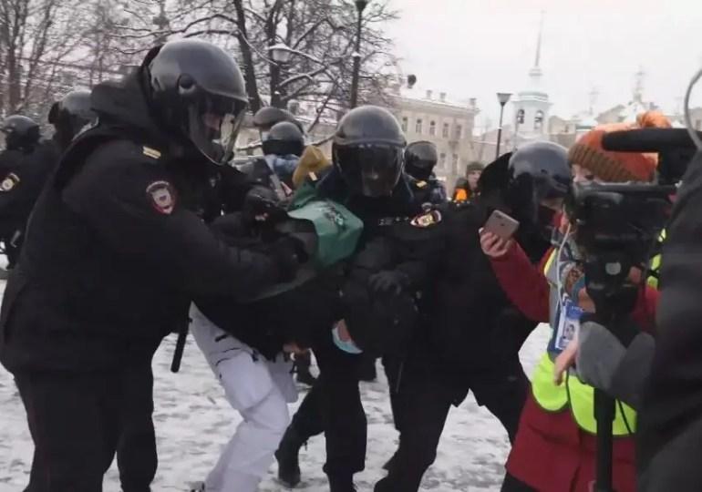 Répression en Russie : l'UE discute des sanctions, la France exclut les restrictions économiques