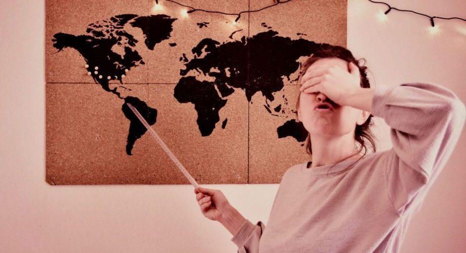 Moi, indiquant un pays au hasard sur une carte, la main devant les yeux.