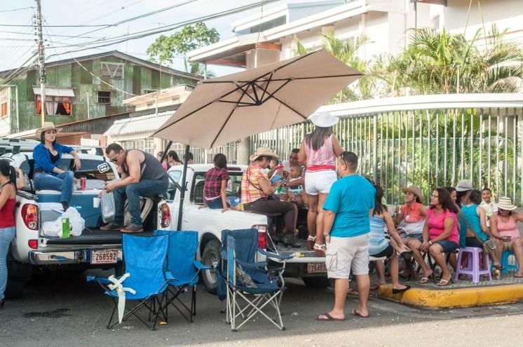 Attente organisée version chic, pick up, chaise et parasol