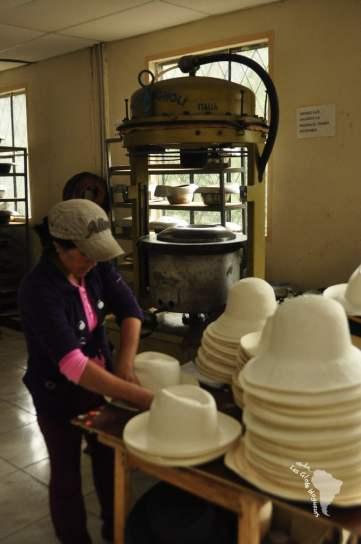 A l'aide d'une presse et de forme moulée en métal, le chapeau prend forme