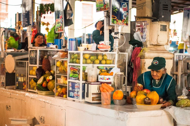 stand jus de fruits marché de Cuzco au Pérou