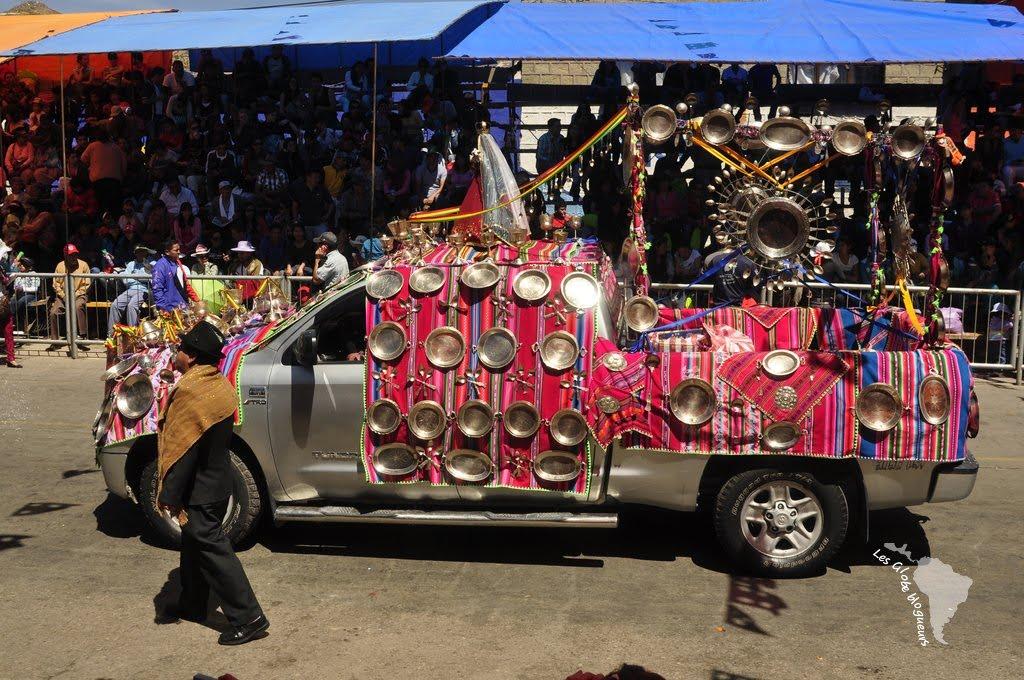 La procession est accompagnée par quelques voitures richement ornées d'objet en argent