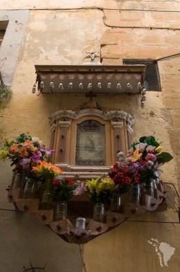 Un exemple de décoration en l'honneur des saints que l'on peut voir aux coins des rues ou devant les maisons à Malte