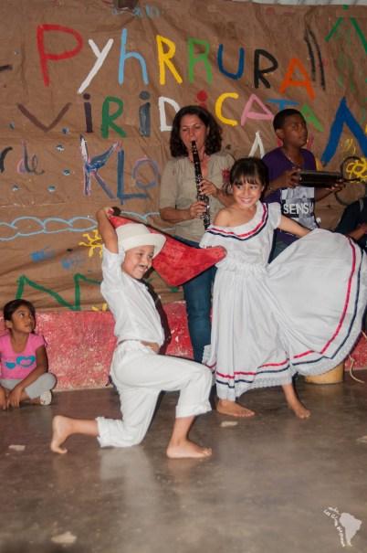 Spectacle de danse traditionnelle dans la bonne humeur malgré la pluie