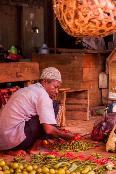 Vendeur de légumes sur le marché de stone town, sur creek road