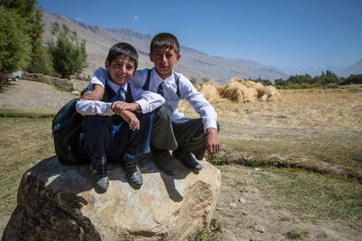 A gauche Mateo et son pote Sossaïm, 13 ans, tous les deux élèves de l'école N°9, surnommée l'école du savoir. Village de Vrang, Wakhan tadjik. Après l'école le matin, ils iront aider leurs parents aux travaux des champs.