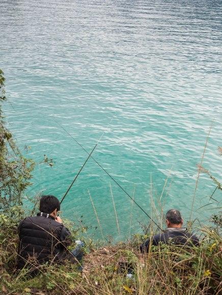 pêcheurs au bord du sun moon lake