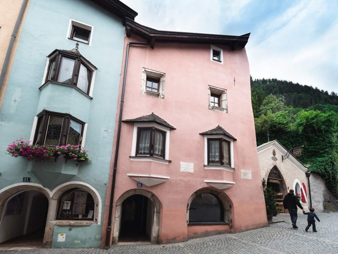 Façades colorées des maisons de Rattenberg en Alpbachtal Autriche