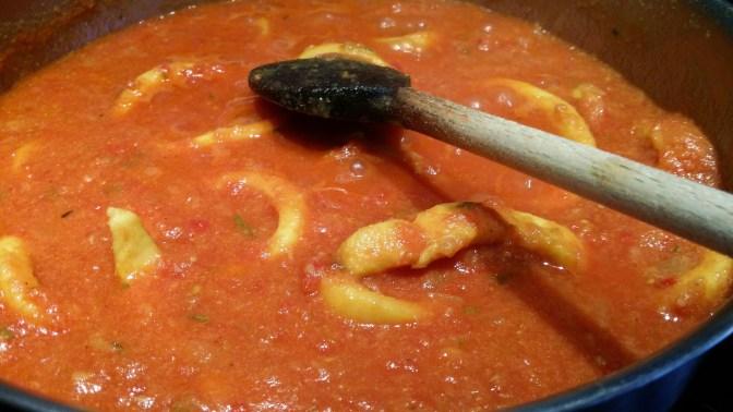 Une bonne dose de coulis tomates. Mélanger et, laisser mijoter encore et encore...