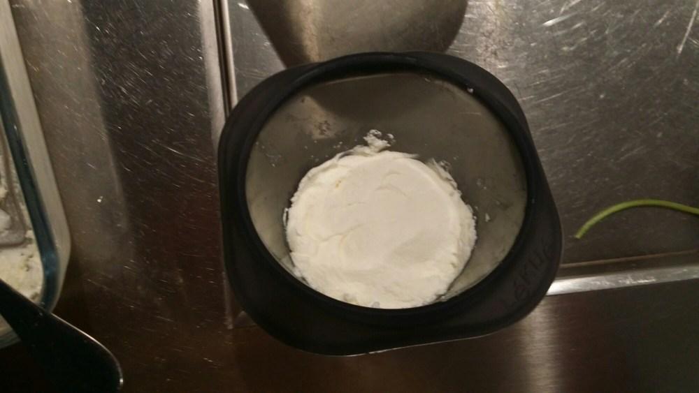 Garnir le fond des moules d'une couche bien tassée de fromage...