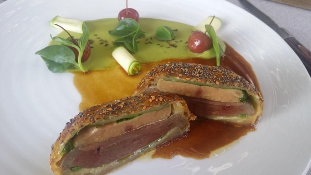 Pigeon en croûte de foie gras, crème petit pois, cerises au vinaigre...