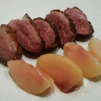 Assiette dressée : canette aux pêches rôties et vinaigre de lavande.