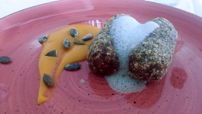 Quenelles de légumes, crème de potiron et persil.