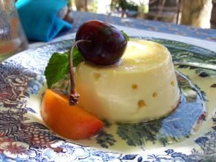 Un petit flan au miel de lavande, quelques fruits d'été.