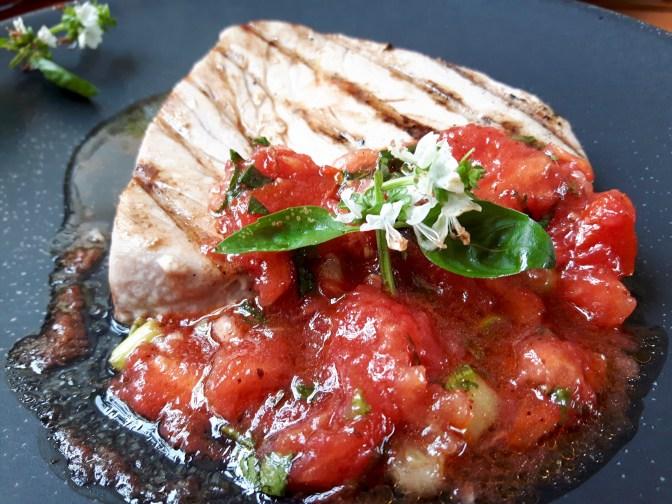 Thon grillé. Concassée de tomates.