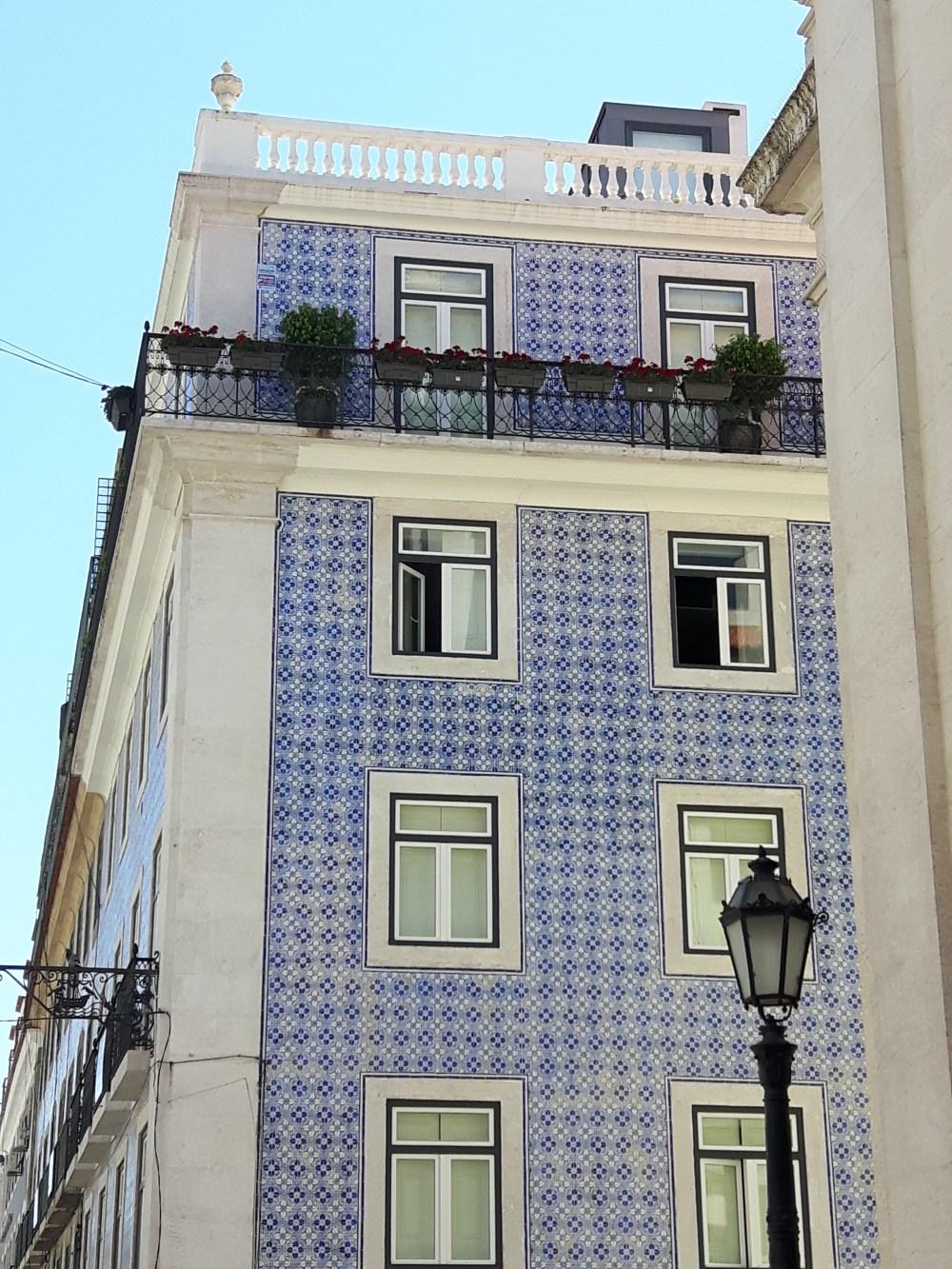 Façades arborant les azulejos...