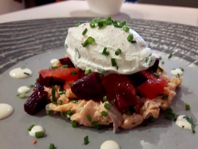 Émietté de truite, de betterave rouge et pamplemousse rose accompagné d'une quenelle de mayonnaise aux herbes.
